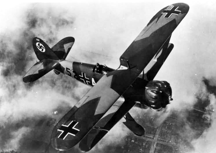 まだ飛んでた!?第2次世界大戦で活躍した複葉機